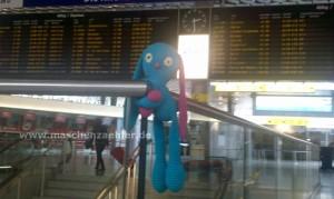 Sammy bei der Reiseplanung am Flughafen Hannover.