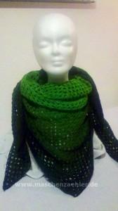 Umglegtes Half-Granny-Tuch aus grüner Farbverlaufswolle