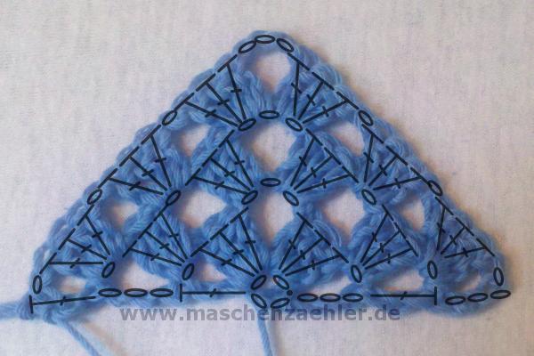 Die ersten Reihen eines Half-Granny-Tuchs gehäkelt - mit Häkelschrift